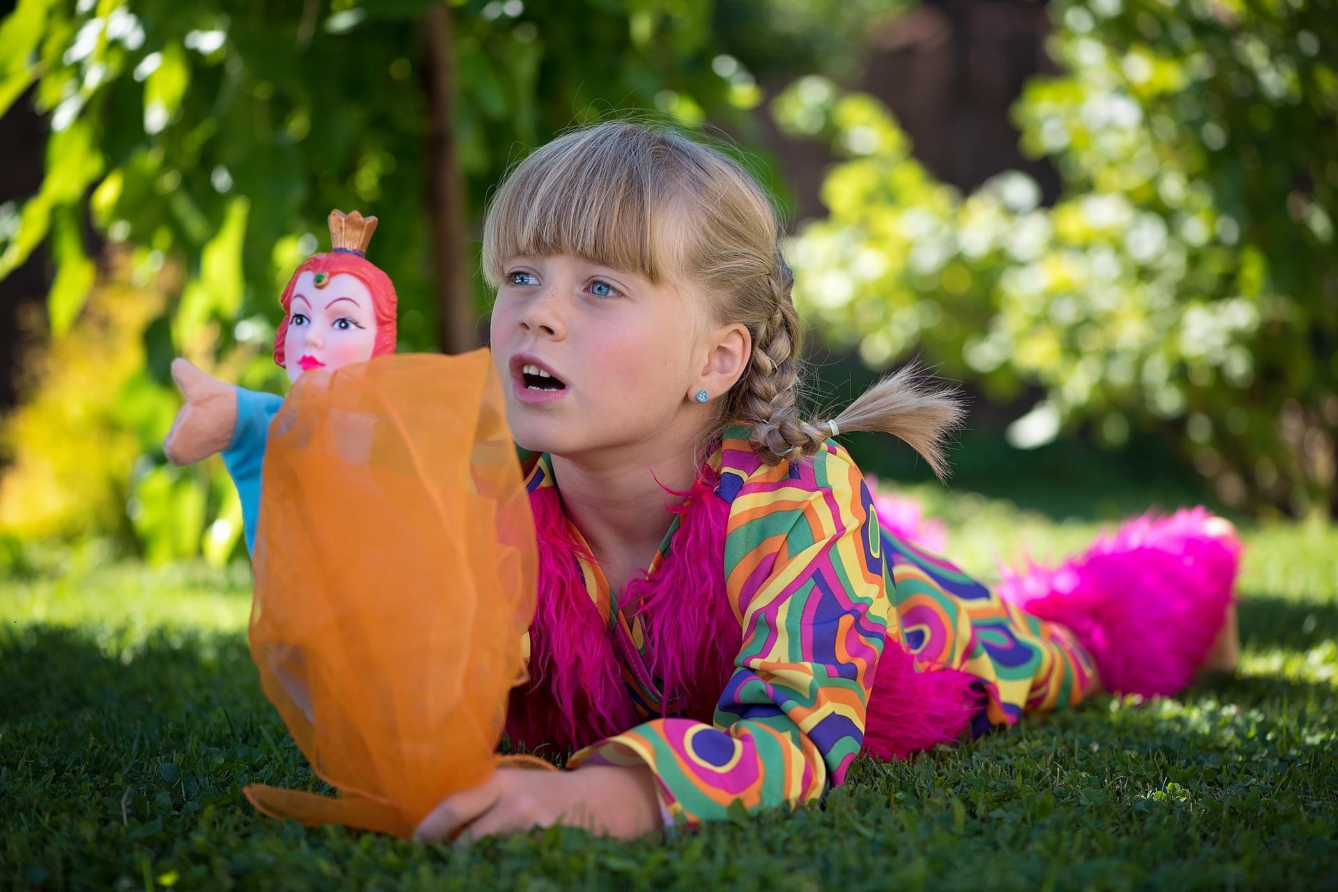 petite fille dans son beau jardin